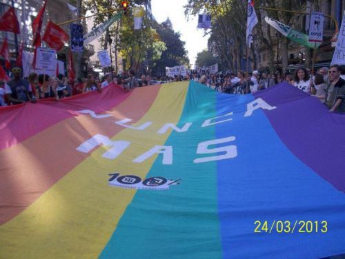 bandera nunca mas 2013
