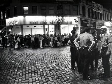 28 de Junio: Día Internacional del Orgullo. Así empezó la historia del movimiento LGTBI. Revuelta de Stonewall, junio de 1969. Feliz Día del Orgullo a todos y todas!