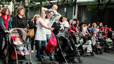 madres marchando