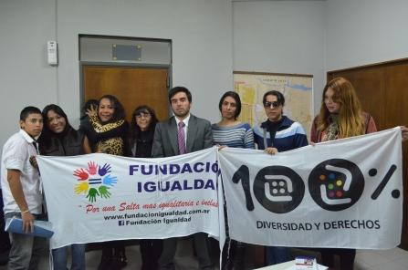 Alan junto Oriana, su hija I. V. L. G en brazos de Karen Díaz, funcionarios del Registro Civil y activistas salteñas que acompañaron a la familia.