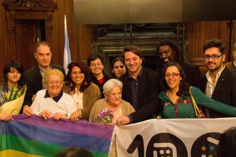 Norma Castillo junto a sus compañeros/as de 100% Diversidad y Derechos y el Diputado de la Ciudad Aníbal Ibarra, autor de la iniciativa.